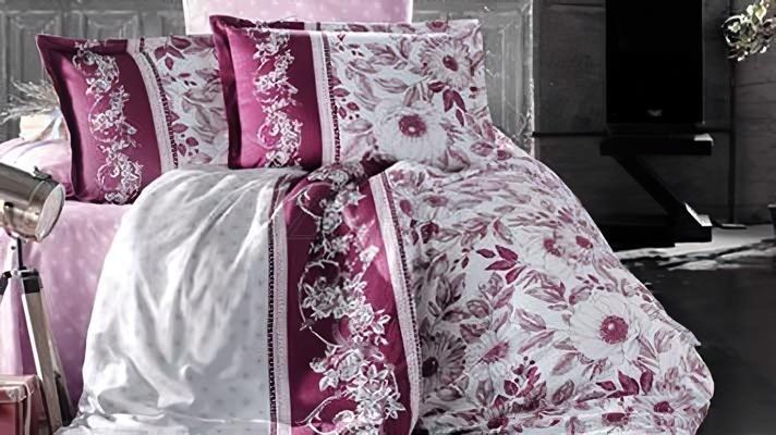 Lenjerie pat 2 persoane BUMBAC SATINAT - 4 piese - Roz, model 2 fete diferite imprimeuri si flori conturate