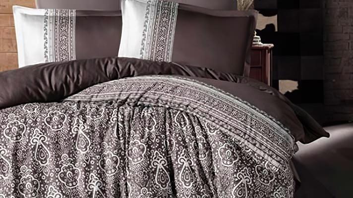 Lenjerie pat 2 persoane BUMBAC SATINAT - 4 piese - Maro, model linii si imprimeu abstract conturat cu alb