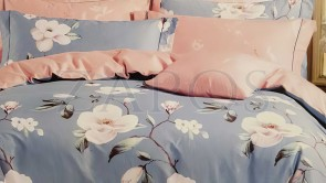 Lenjerie pat 2 persoane BUMBAC FINET - 4 piese - Bleu, model 2 fete flori albe pe crengi de copac si imprimeu interior roz