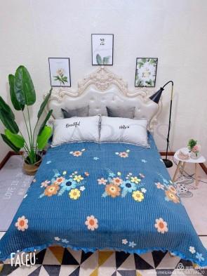 Cuvertura pat dublu CATIFEA PLUSATA - Albastru, model buchete de flori multicolore in partea din mijloc