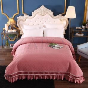 Cuvertura pat dublu CATIFEA PLUSATA - Roz prafuit, culoare uni cu aplicatii de tul in partea de jos